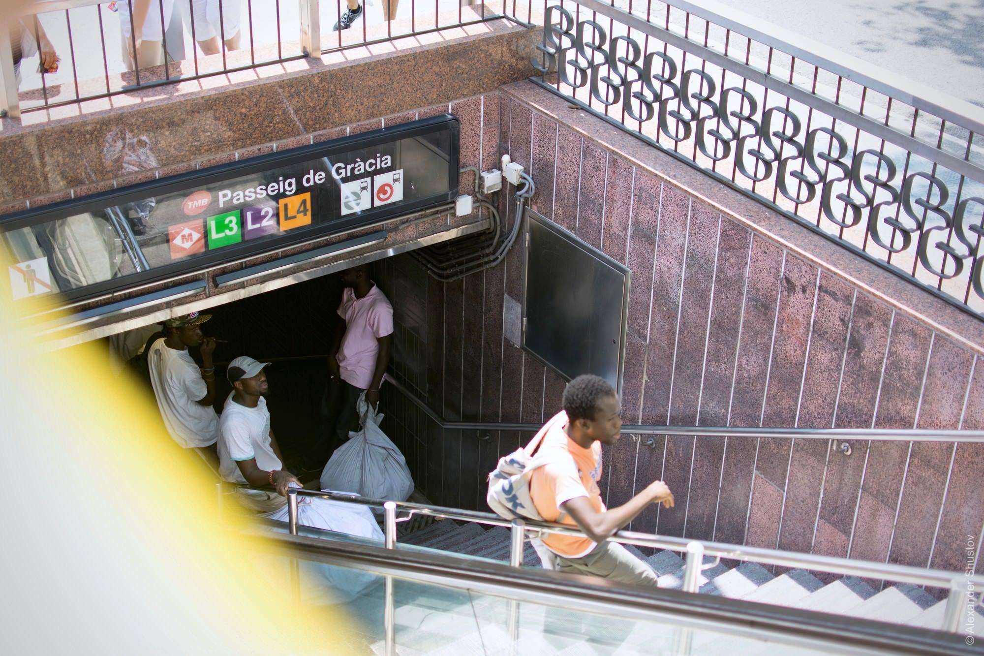 Африканские торговцы пережидают полицию в переходе метро
