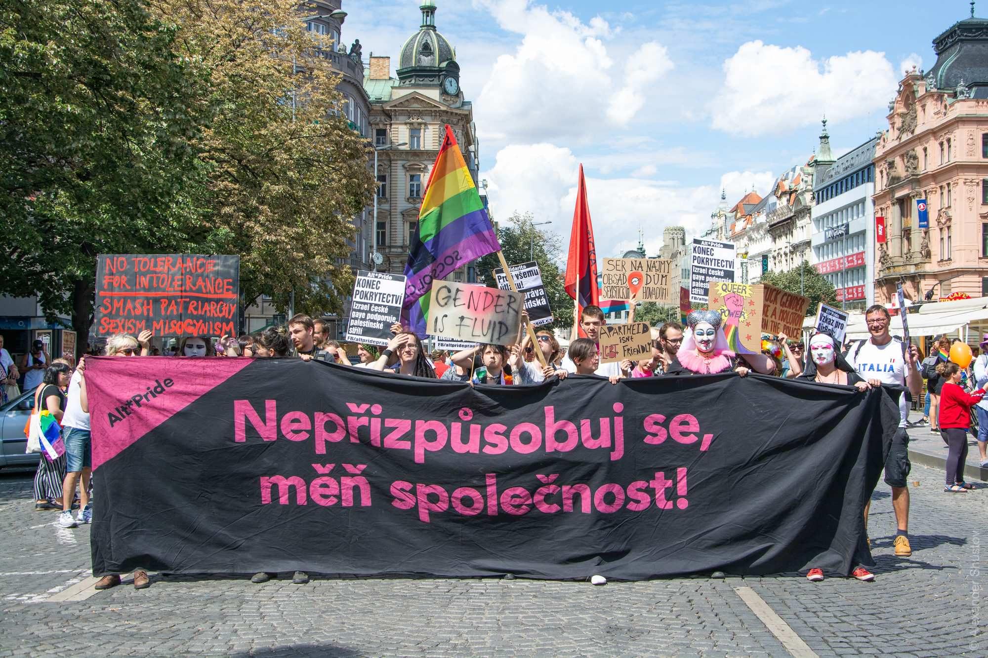 Надпись на полотне: «Не приспосабливайся, меняй общество!»